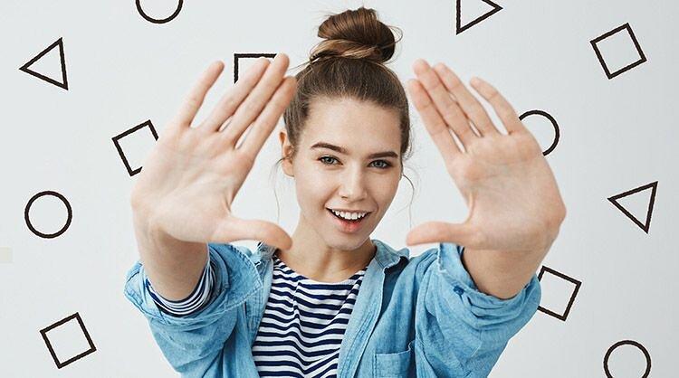 手で形を作っている女性の画像