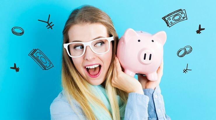 お金を貯めて喜んでいる女性の画像