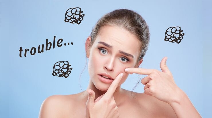肌トラブルに悩んでいる女性の画像