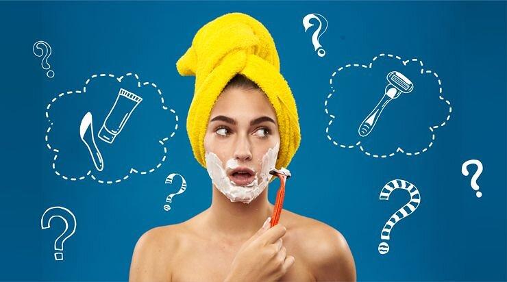 顔のムダ毛を剃っている女性の画像