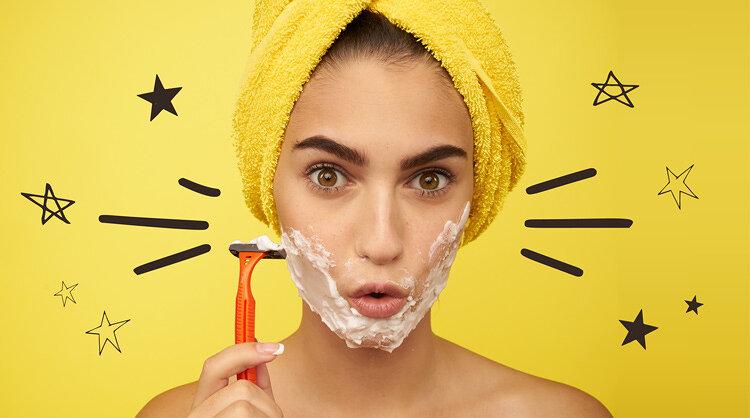 口周りのムダ毛処理をしている女性の画像