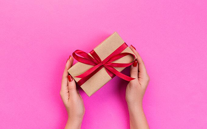 女性が貰って嬉しい♪ちょっとしたプレゼント6選~アンケート1位はあのジャンル!~