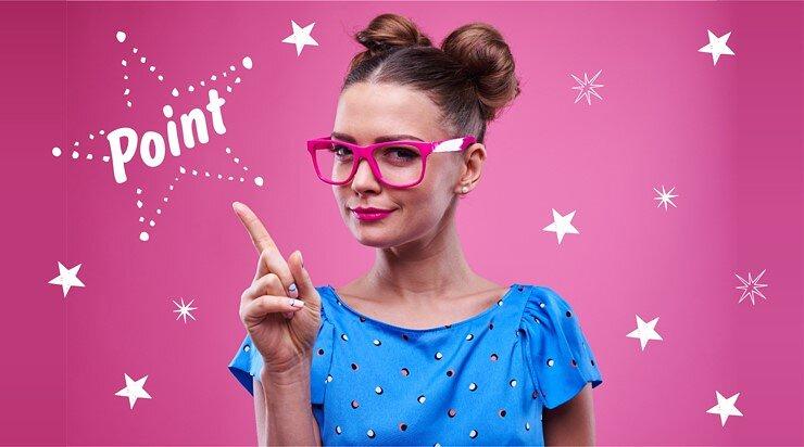 メガネをかけた女性が微笑んでいる画像